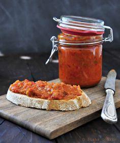 """- 1-1,2 Kg Auberginen - 1-1,2 Kg Spitzpaprika rot (schmeckt hierfür besser als die """"normale"""" rote Paprika) - 250 g Zwiebeln - 250 g Tomatenmark (manche kochen Zacusca mit echten Tomaten, ich finde den Geschmack aber so besser; ich kaufe das mit der """"Würzgemüse"""" drin) - 100 ml Öl - Salz und Pfeffer - 1 TL Zucker - 3 Lorbeerblätter"""