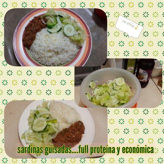 Sardinas guisadas con ensalada y arroz.