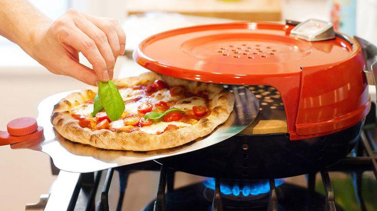 """ほんの数分でピザを調理するには、ガスコンロの火力がいちばん。このピザオーブンは、自宅にいながらにして本格ピザを手早く簡単に焼くことができる調理ツール。本格的な石窯風──こう称すのも、""""石窯っぽさ""""にとことんこだわった作りだから。アメリカのピザ用品専門メーカーPizzacraftが製作した「The Pizza Pronto」は、自宅のガスコンロでもあの石窯焼きのおいしさを再現できる!らしいので..."""