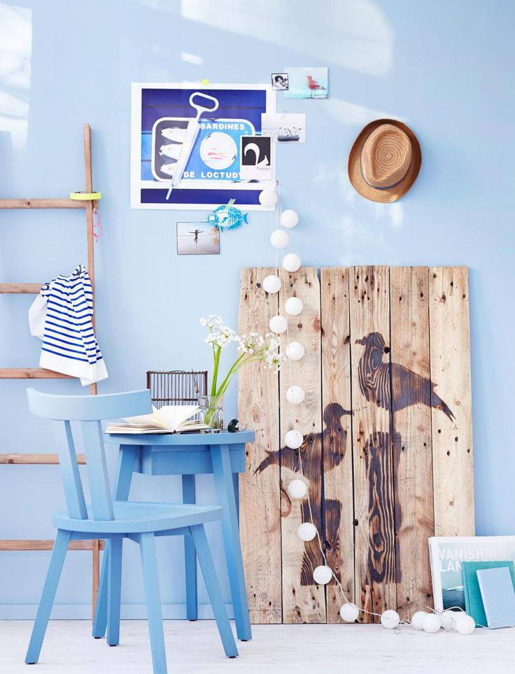 Mit Blau, Weiß und Holz holst du den maritimen Look in die Wohnung. ➥ Wir geben dir Tipps, zeigen Möbel, Accessoires und Deko zum Selbermachen.