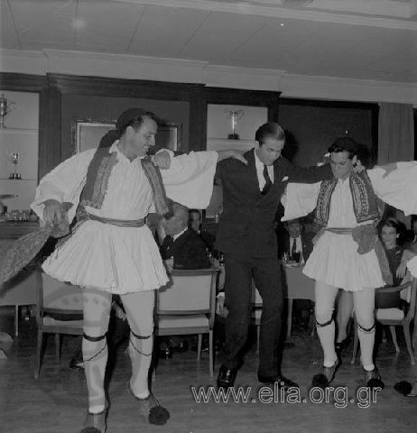 Εκδήλωση του Λυκείου Ελληνίδων στο Ναυτικό Όμιλο. Ο διάδοχος Κωνσταντίνος χορεύει παραδοσιακό χορό. Υπάρχων Τίτλος ΛΥΚΕΙΟΝ ΕΛΛΗΝΙΔΩΝ ΕΙΣ ΤΟΝ ΝΑΥΤΙΚΟΝ ΌΜΙΛΟΝ, 22/11/62. Χρονολογία 1962 Αρχείο/Συλλογή ΠΑΤΣΑΒΟΣ, ΑΝΤΩΝΗΣ