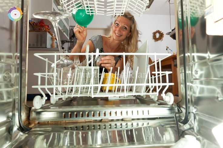 Kimyasallardan uzak, doğal malzemeler ile evinizde pratik olarak bulaşık deterjanınızı yapabilirsiniz. 1 su bardağı boraks, 1 su bardağı karbonat, 1 yemek kaşığı deniz tuzu ve 1 yemek kaşığı limon tuzu karıştırılarak rondodan geçirilir. Hazırlanmış olan doğal deterjanınızı boş bir cam kavanoza ko ...