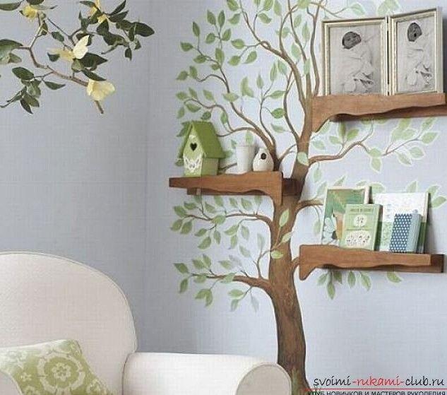 Vogelhäuschen Im Kinderzimmer: Wandfekoraktion Baum Mit Grünen Blättern An  Der Wand Und Regale Aus Holz.