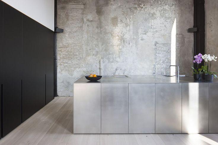 KITCHEN INSPIRATION - Sleek design meets urban texture in this loft by ILB interieur. Photo by Liesbet Goetschalckx.