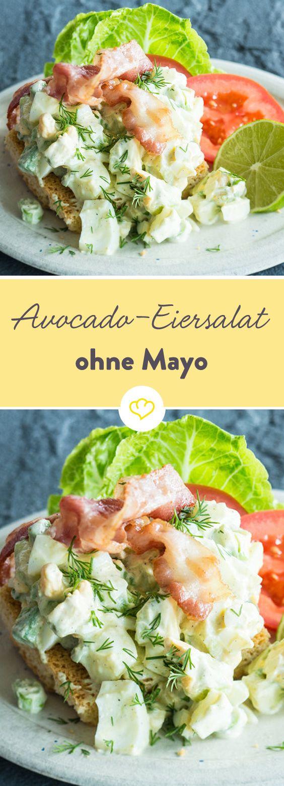Wer braucht da Mayonnaise? Nussige Avocado, leichter Joghurt und ein wenig knuspriger Specke verwandeln diesen Eiersalat in eine extraleckere Beilage.