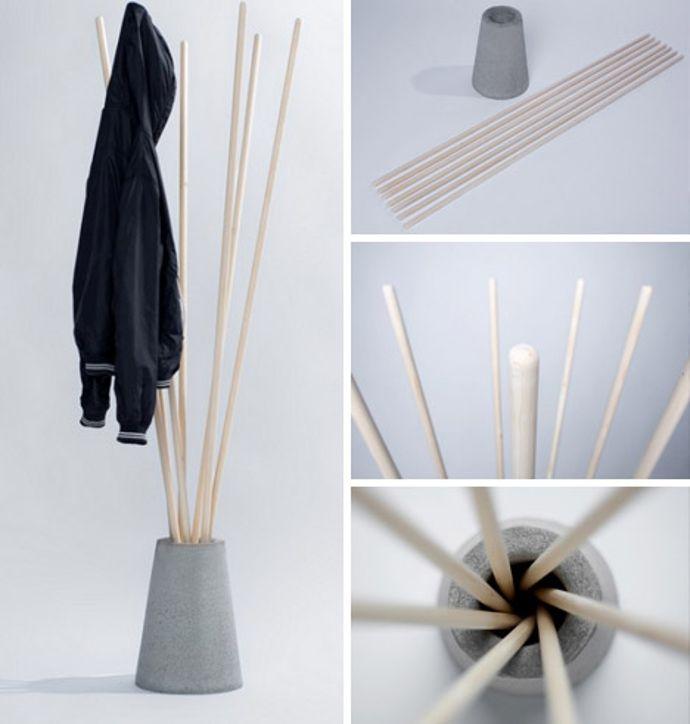 Colgador de abrigos y chaquetas hecho con palos de madera y soporte de cemento