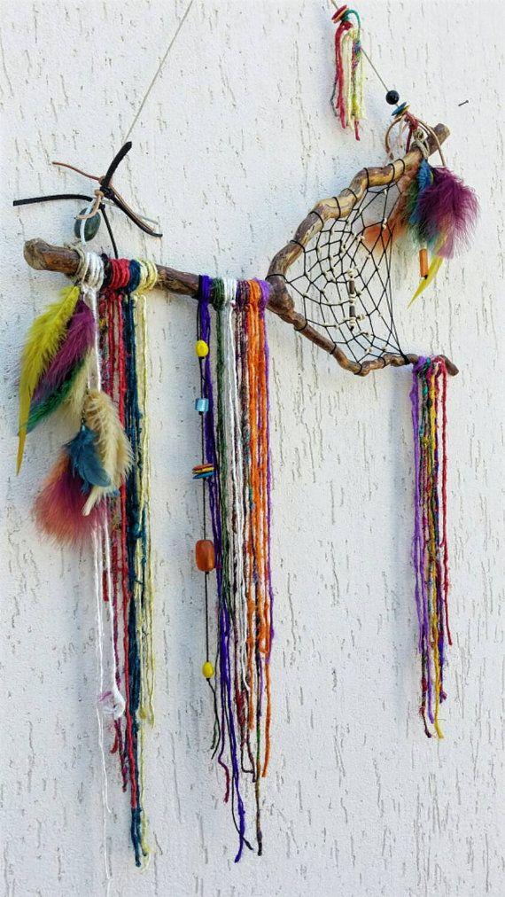 Beau rustique Bohème Cerqueira fabriqué à partir dune branche en bois naturelle. La direction a été séchée au soleil pendant une longue période, nettoyée et vernie. Entre où les branches se connectent, jai créé un site web à laide de fil de coton noir et inséré des petites perles en bois crème. Dans diverses parties de la branche, jai lié couleurs brins de fil de sari indien pour créer ces franges colorées suspendues. Aussi à laide de corde de chanvre jai pendu différentes perles de verre et…