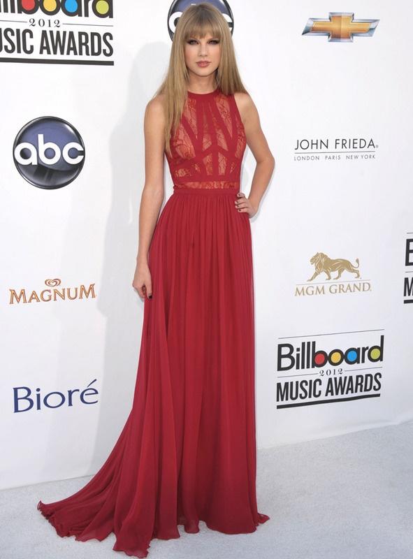 Después del negro, el rojo es la mejor opción para la noche. Tomamos de ejemplo este vestido rojo de gasa con corpiño de encaje firmado por Elie Saab Pre-Fall 2012 y joyas de Neil Lane. ¿Qué tal acompañarlo con ojos ahumados y uñas negras?