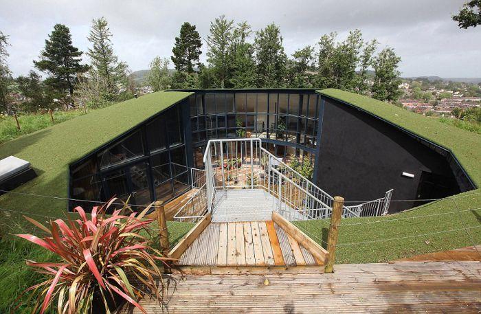 Футуристический дом на месте подземного бункера (8 фото)