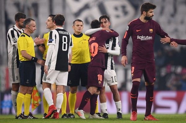 Juventus' forward from Argentina Paulo Dybala (C) hugs Barcelona's Argentinian forward Lionel Messi at the end of the UEFA Champions League Group D football match Juventus Barcelona on November 22, 2017 at the Juventus stadium in Turin. .Barcelona advanced to the Champions League last 16 on Wednesday after clinching top spot in Group D following a 0-0 draw against Juventus in Turin. / AFP PHOTO / Marco BERTORELLO