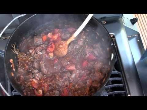 Rotweingulasch aus dem Dutch Oven - YouTube