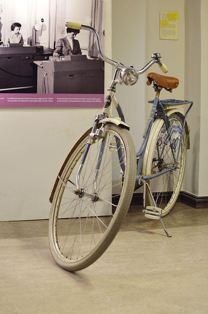 Kuten nykyäänkin, polkupyörä oli jo 1950-luvulla yleinen kulkupeli erityisesti maaseudulla. Helmaverkot estivät hameenhelmoja juuttumasta pinnojen väliin. Luuppi, Oulu (Finland)