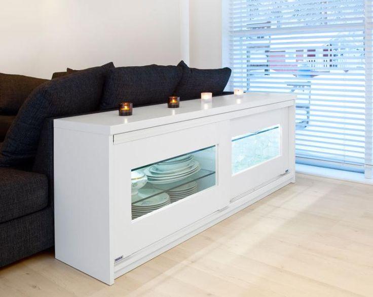 Valkoinen tilanjakotaso Linear ovilla joissa valkoiset kehykset ja kirkas lasi.