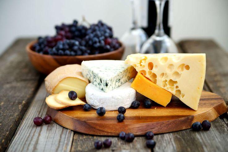 Ost og vin er en populær kombinasjon, og det er ikke uten grunn. En kveld med ost og vinsmaking for to er en flott gave til den som har alt.