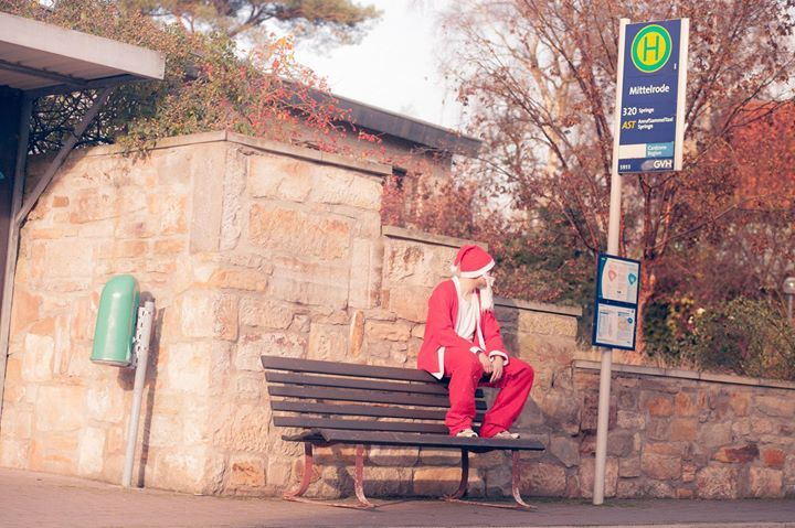 Heute Mittag gibt es die dritte Folge von Santa's Abendteuer auf dem Land! Er ist mittlerweile im Dorf angekommen und sieht in der Ferne eine Bushaltestelle...  https://www.youtube.com/dorfstattstadtDE - http://ift.tt/2hkFHf6 - #dorfkindmoment #dorfstattstadt