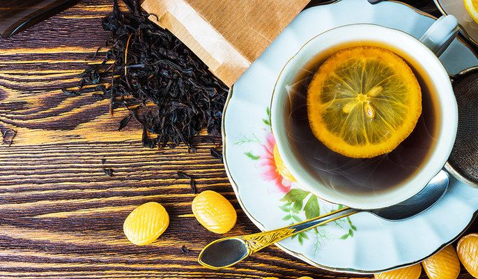 Zero calorie e cuore sano: gli 8 straordinari benefici del tè nero