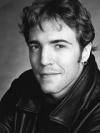 Né en 1970 à Montréal, Guillaume Vigneault a un baccalauréat en études littéraires à l'Université du Québec à Montréal