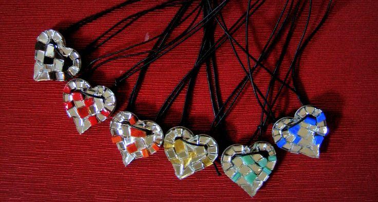 Ciondolo a forma di cuore decorato in mosaico di vetro color arancio e specchio. Le tessere sono state tagliate una ad una manualmente, e posate secondo lo stile del mosaico moderno ravennate. Idea originale per S. Valentino!  Misure 3.5 x 3.5 cm