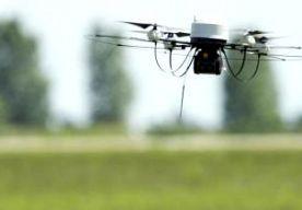 31-Jul-2014 11:30 - DRUGSSMOKKEL VIA DRONE MISLUKT. In een gevangenis in de staat South Carolina is geprobeerd om via een drone smokkelwaar de gevangenis in te krijgen. Het kleine vliegtuigje had telefoons, tabak en marihuana aan boord. Het lukte uiteindelijk niet om over de ruim 3,5 meter hoge omheining van de zwaar beveiligde gevangenis te komen. De drone werd gevonden in de nabijgelegen bosjes, meldt The State. Onbekend is waar het vliegtuigje zou landen in de gevangenis, zegt een...