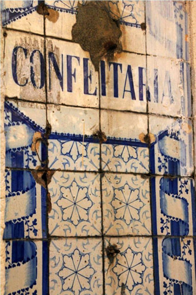 Antigos azulejos na fachada de um edifício em Alfama, Lisboa