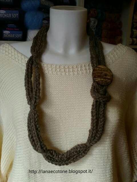 Collana in lana biologica e bottone in guscio di cocco