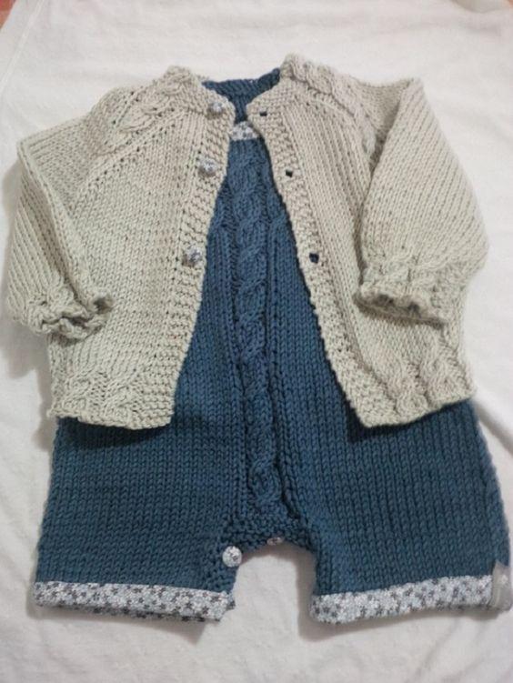 Gratis, lo schema maglia per realizzare una tutina e un cardigan ai ferri per bambini, realizzato da tricotting.com