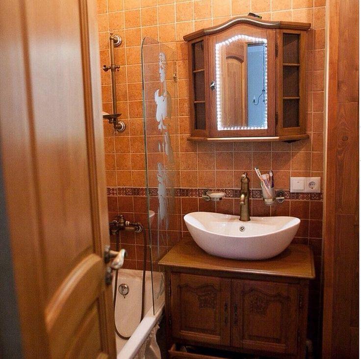 Обычная настенная полочка превратилась в прекрасный туалетный шкафчикВ центральной дверце стекло было заменено на зеркало и добавлена подсветка #буфеттабурет #bufettaburet #мебель #антиквариат #винтаж #необычнаямебель #красиваямебель #старина #красота #стариннаямебель #предметыинтерьера #дизайнинтерьера #дизайн #интерьер #спб #мск #москва #питер #весна #солнце #порусски #любовь #design #vintage #love #interior #шкафчик
