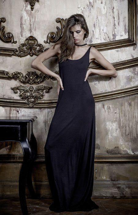 Длинное, струящееся платье Black Dress с открытой спиной разрабатывалось нами с тэгом #утреннийэффект. Не только потому что, надев его, вы произведете неизгладимое впечатление на человека, находящегося рядом с вами этим утром, но и на всех остальных людей, надень вы это платье на пляж, что, кстати, крайне рекомендуется делать, и как можно более регулярно!  А кокетливо подвязанные лямки (как это сделала Даша на фото), добавят перца и без того достаточно провокационному вашему образу.