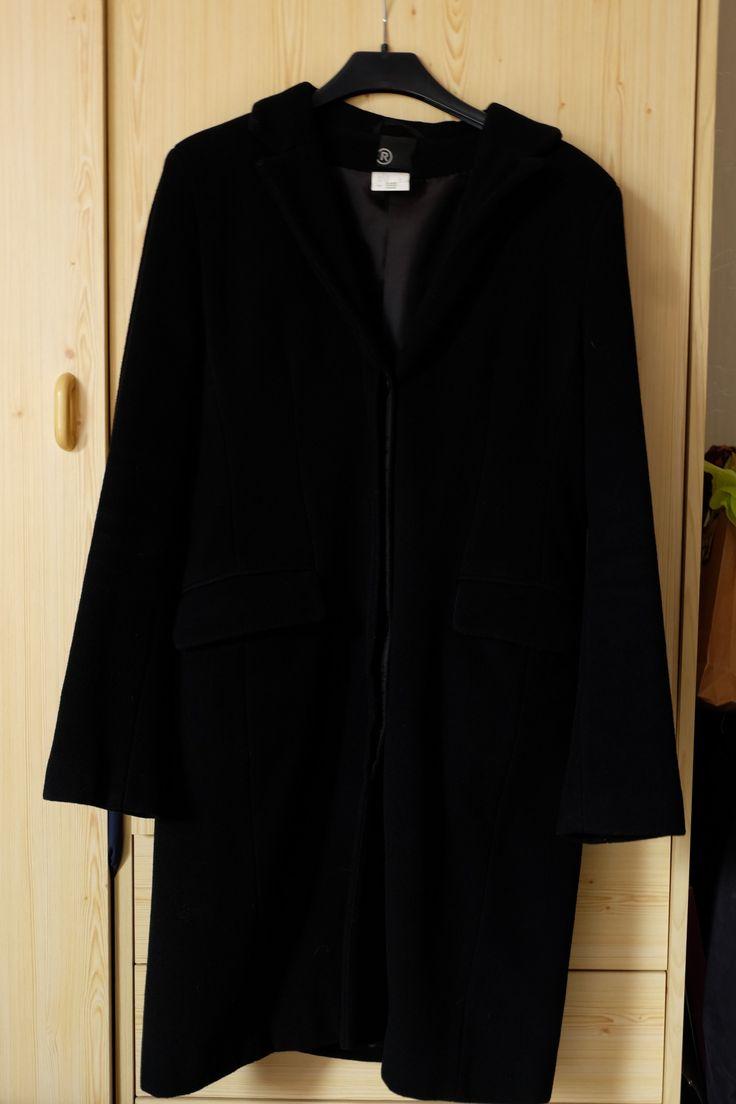 A VENDRE > LA REDOUTE. Manteau d'hiver femme. T.40  Couleur : noir (doublure ton sur ton)  matières : 80% laine, 20% polyamide (extérieur) / 100% polyester (doublure)  Excellent état (peu porté), aucun défaut. Prix d'achat : 119,90€  Manteau féminin non cintré. Longueur mi-cuisse. Col à revers. Fermeture à boutons sous-patte. 2 grandes poches devant au niveau de la taille. Manches avec 3 boutons sur l'arrière.  FDP compris (envoi colissimo)