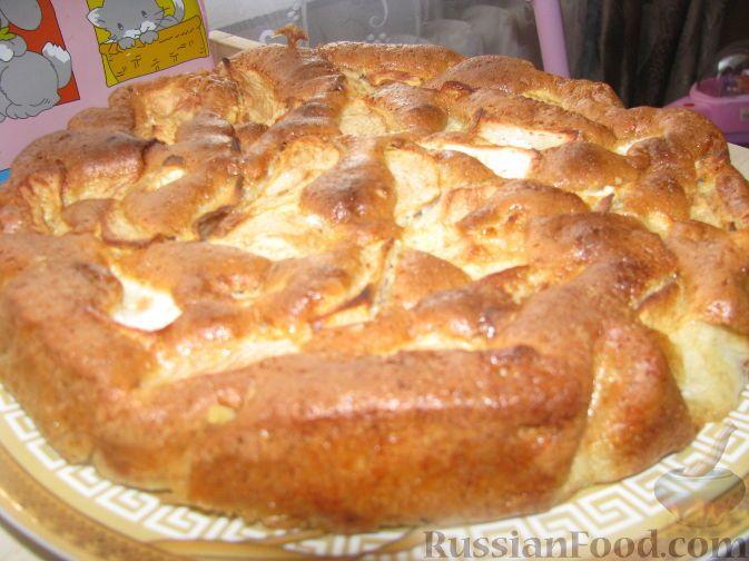Фото к рецепту: Шарлотка с яблоками