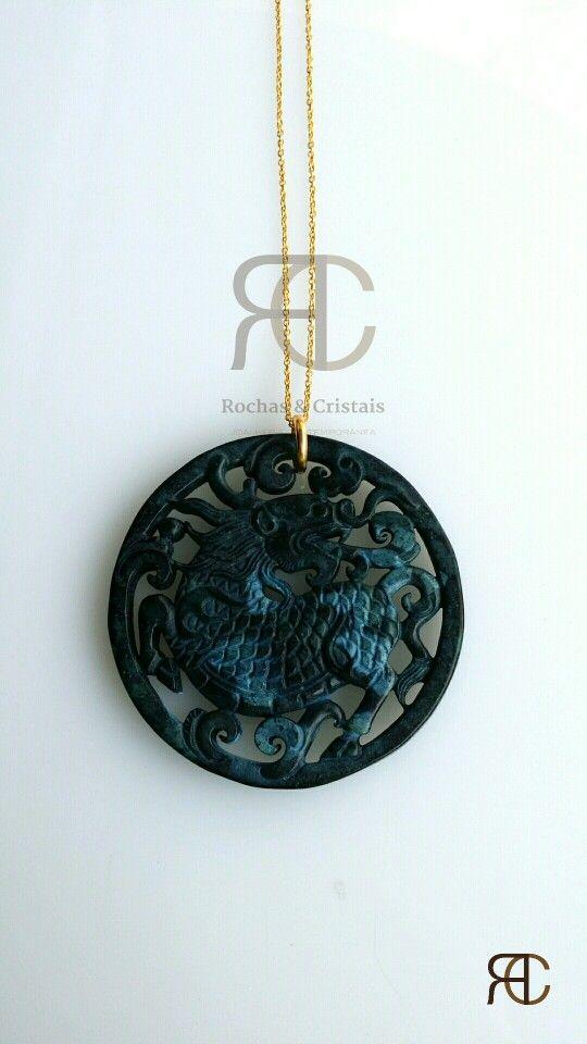 Colar com fio dourado e pendente em jade - Rochas e Cristais