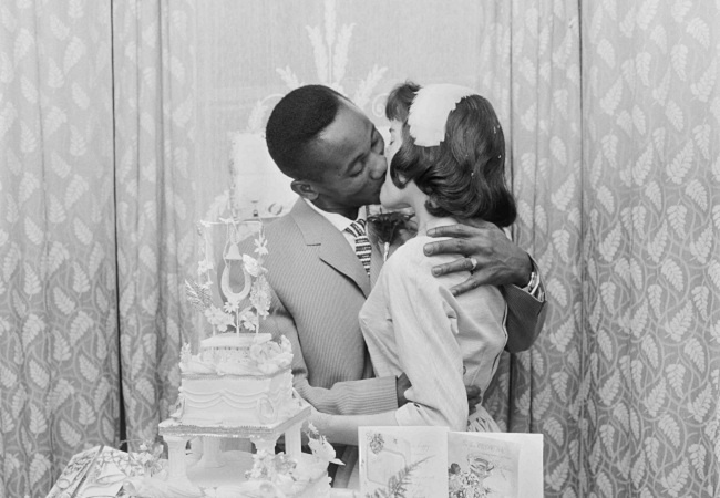 El fotógrafo inglés Stephen Gill adquirió hace dos años un paquete con 9.000 negativos que aseguraban contener imágenes del East End de Londres, y cientos de fotografías de parejas celebrando su boda.