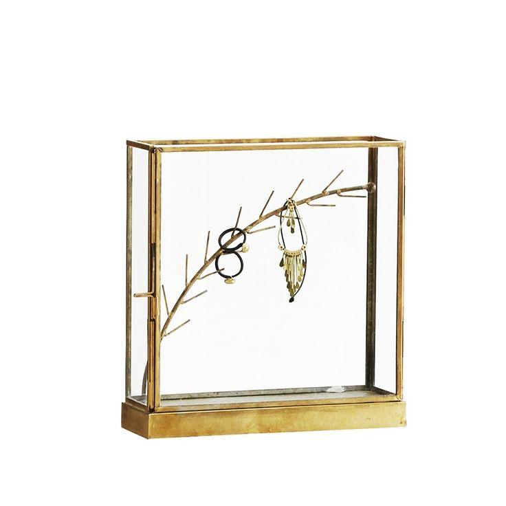 Boîte à bijoux de la marque scandinave Madam Stoltz. Coloris : doré. Matière : métal. Dimensions : 20 cm x 6 cm x 21 cm. Aussi jolie que pratique, vous pourrez y accrocher à la branche en métal doré vos bagues, vos boucles d'oreilles...