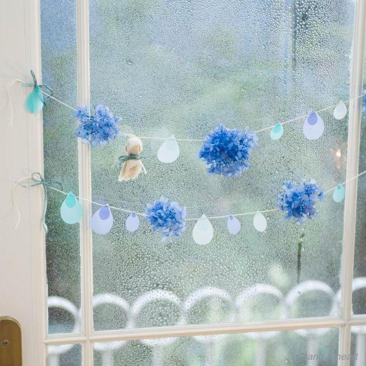 もうすぐ、続く雨に気分もブルーになりがちな梅雨がやってきますね。そんなときは、かわいいガーランドを窓辺に飾って雨を楽しんじゃいましょう。きれいな青のあじさいとしずくモチーフがチャーミング。てるてる坊主もつけて。