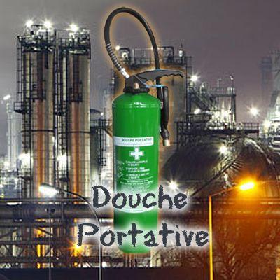 Extincteur Douche De Sécurité ➜ La Douche Portative Pour Brûlures Thermique Et Chimique ! La douche portative de sécurité a une capacité comprise le plus souvent entre 6 et 9 litres. Elle contient de l'eau déminéralisée avec un certain pourcentage de solution aseptisante, neutralisante ou calmante, selon l'objectif. L'agent propulseur est le dioxyde de carbone (CO2) contenu dans une cartouche de gaz appelée sparklet.