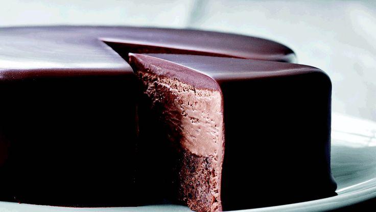 Chokolade og kaffe hænger uløseligt sammen, og i denne chokoladekage forenes smagene på dejligste maner, når chokoladebundene pensles med kaffesirup, og moussen smagssættes med såvel chokolade som espresso. Server chokoladekagen med en god espresso eller en stærk stempelkaffe, og ikke et øje vil være tørt