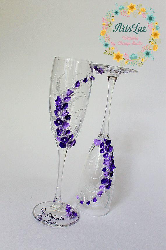 Bicchieri di champagne di nozze con romantici viola di ArtsLux