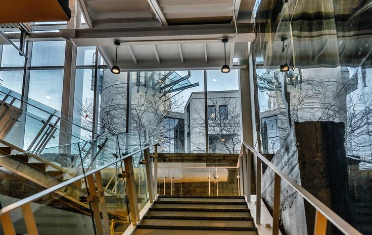 Vue à partir du sous-sol de la Maison-des-Marins, le cinquième pavillon de Pointe-à-Callière.  Photo : Caroline Bergeron, Pointe-à-Callière