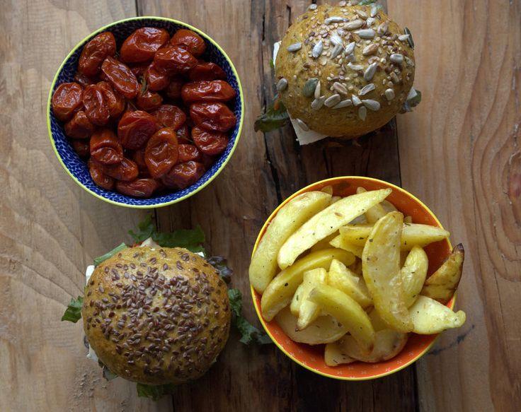 Burger integrale con fieno greco blu e semi Omega3 con polpetta di lenticchie alla polvere di foglie di pepe di Tasmania, tofu marinato e datterini confit