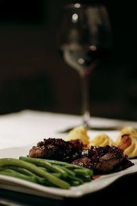 Diese leckere Rotweinreduktion gab es heute zu Rehmedaillons und Bohnengemüse. Geht schnell und schmeckt fantastisch zu Wild.