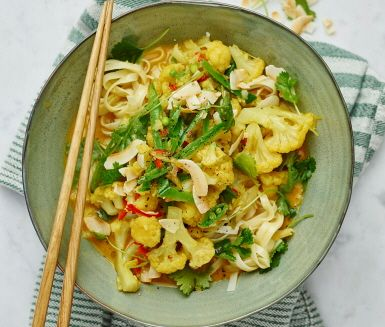 En supersmarrig vego blomkålscurry som doftar thailandsbeach lång väg. Klassiska thaiingredienser som kokosmjölk, koriander och ingefära sätter smakprofilen i denna underbara gryta. Blomkål ger en mättande grund och rätten fräschas upp av knapriga salladsärter. Servera med nudlar.