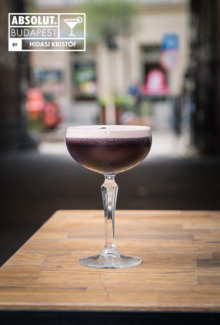 Espresso Martini Hozzávalók:  4 cl Absolut  2 cl Kahlua  1 cl Martini Dry  1 eszpresszó  4 szem szeder  1 cl cukor     Elkészítése: A friss szedret összetörjük a shakerben, majd a többi alapanyaggal együtt összerázzuk spirál segítségével.