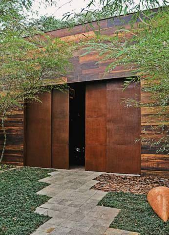 De ferro - Em nome da reciclagem, o arquiteto Felipe Diniz montou uma porta com chapas de ferro que sobraram numa obra. Chumbadas entre si, formam quatro folhas de 1,25 x 3,80 m. Como estavam expostas ao tempo, dispensaram tratamento contra ferrugem, fala Felipe.
