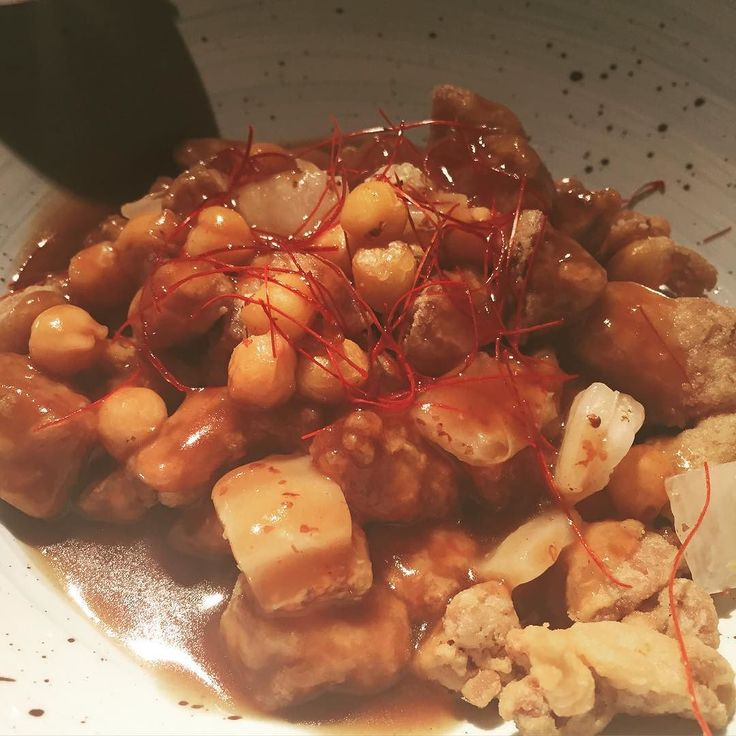 Platazo de la nueva Cocina leonesa de pura cepa. Mollejas de cordero con garbanzos en salsa leonesa. @clandestinogastrobar #gastronomia #gastronomy #gastro #instagood #instagood #instafood #food #foodie #foodies #foodgasm #restaurant #restaurante #leon #leonesp