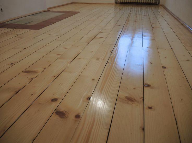 Renovace podlahy v turnově, smrková prkna byla obroušena a upravena odolným lakem.