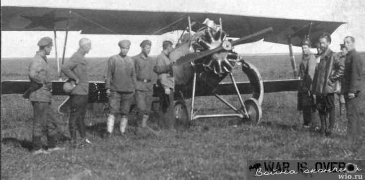 Red Air Fleet's Nieuport warplane (probably model 21), the cowl removed    Nieuport caza ruso / avion de chasse biplan francais de la Premiere Guerre mondiale.