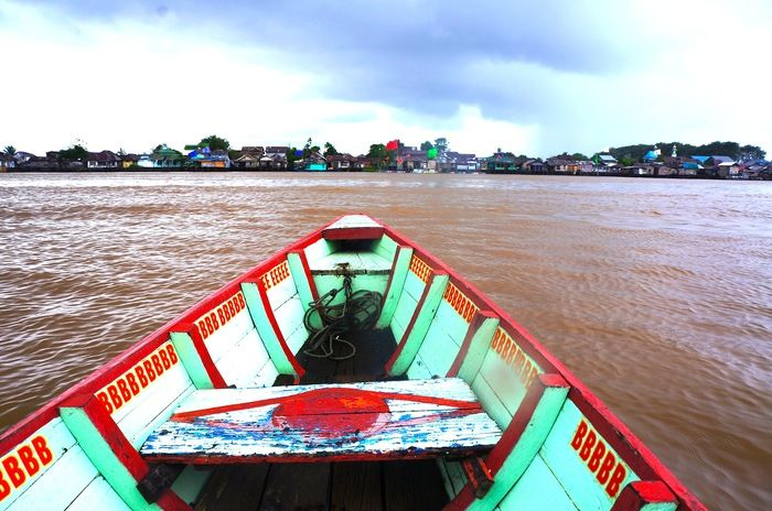 Cruising: It is only natural to end the walk by the riverside kampung with a motor boat ride along Kapuas River. (Photo by Icha Rahmanti)