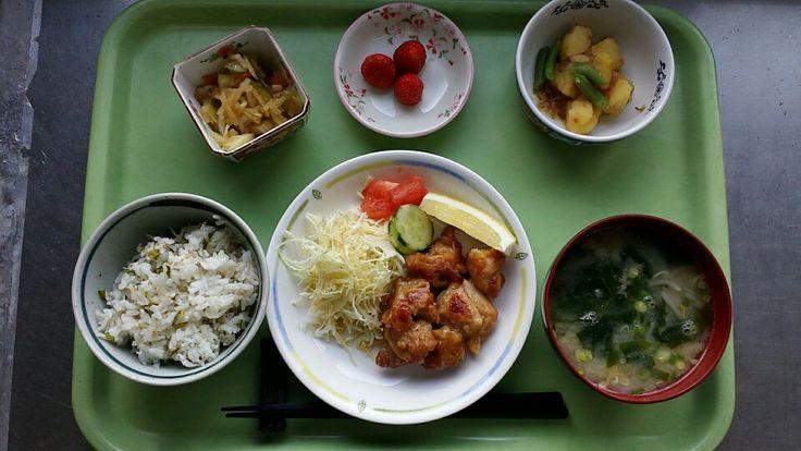 2月2日。青菜じゃこ御飯、鶏肉の唐揚げ、じゃが芋のおかか煮、切り干し大根の中華和え、もやしとワカメの味噌汁、イチゴでした!鶏肉の唐揚げが特に美味しかったです!635カロリーです