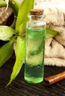 Para qué sirve el aceite de árbol de té? El aceite de árbol de té suele ser un ingrediente en algunos productos para combatir el acné gracias a sus propiedades antisépticas. También puede proporcionar beneficios en el tratamiento de la caspa por su acción humectante y antibacteriana. El aceite de árbol de té puede ayudar a combatir las infecciones en las uñas y el pie de atleta. En la aromaterapia, el aceite del árbol del té es utilizado como un revitalizante del sistema inmune.