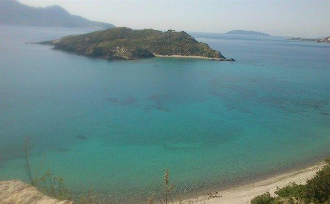 Το νησάκι Άγιος Αντώνιος, με όμορφη παραλία, κοντά στο Γυαλί #Greece http://diakopes.in.gr/trip-ideas/article/?aid=210358